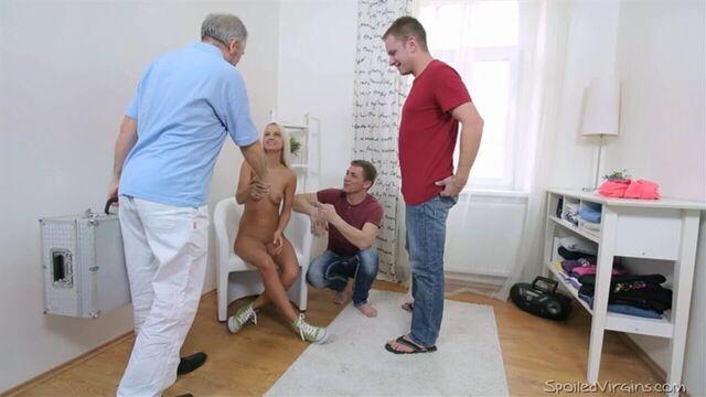 Групповое порно с молодой русской девушкой Вероникой