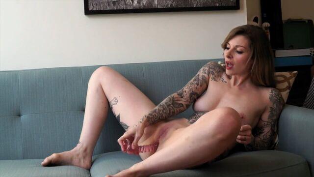 Татуированная красотка мастурбирует в одиночестве анал