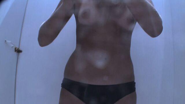 Скрытая камера в пляжной кабинке следит за девушками