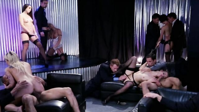 Первая оргия Лолы (порно фильмы с русским переводом)