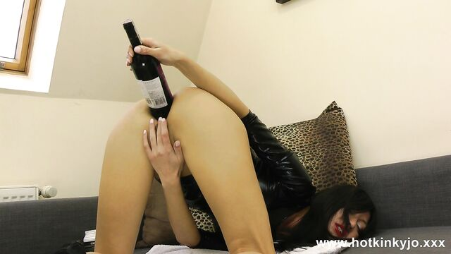Горячая брюнетка мастурбирует бутылкой дома одна