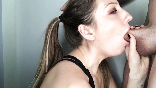 Молодая девушка учится делать глубокий минет deepthroat