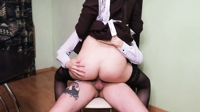 Охреневший директор трахнул студентку в своем кабинете
