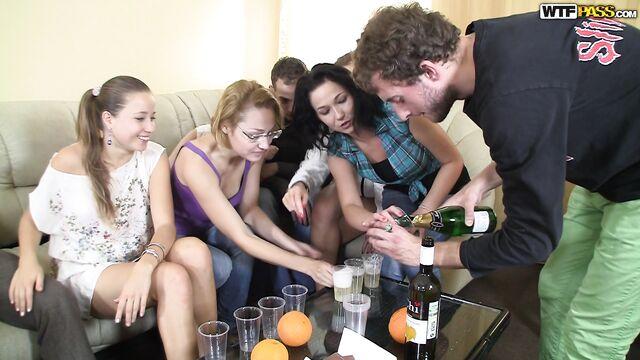 Русская групповая пьяная студенческая секс оргия