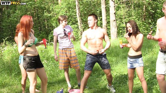 Шикарная русская групповуха на свежем воздухе в лесу