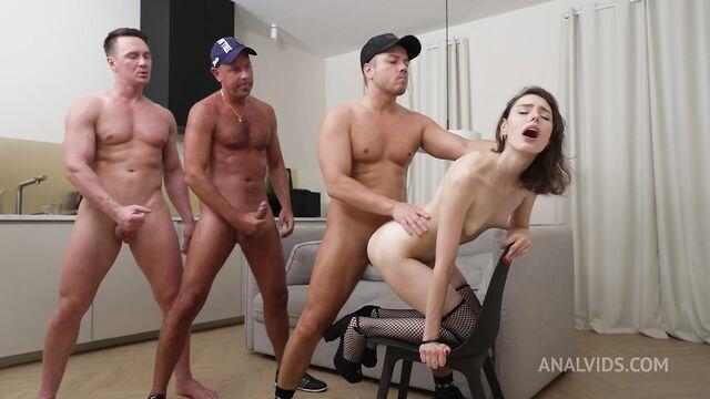 Русскую 18-летнюю худую сучку пустили по кругу 3 парня