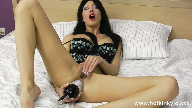Глубокая анальная мастурбация бутылкой перед вебкамерой