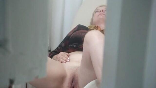 скрытая камера сняла двух женщин в гинекологическом кабинете