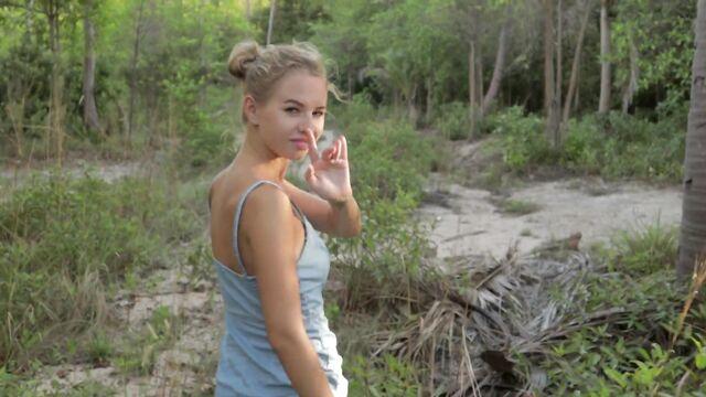 блондинка отдалась на природе в тугое очко