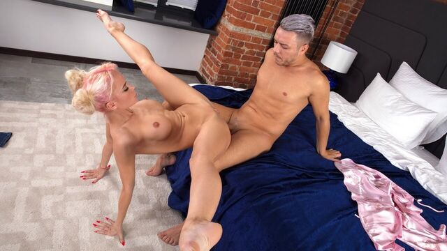 Молодая гимнастка Лара Фрост творит чудеса в сексе