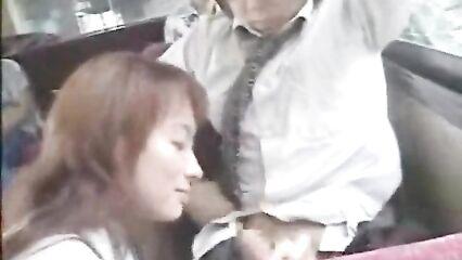 Японскую студентку трахнули в автобусе