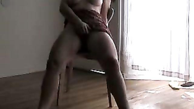 Стеснительная женщина с большой грудью ласкает себя на камеру