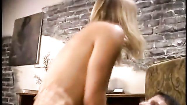 Блондинка без ума от анального секса