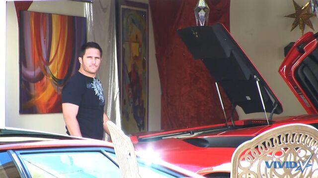 Красивая брюнетка Sunny Leone трахается с большим членом в гараже