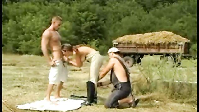 Девушку отжарили и обкончали на природе два мужика