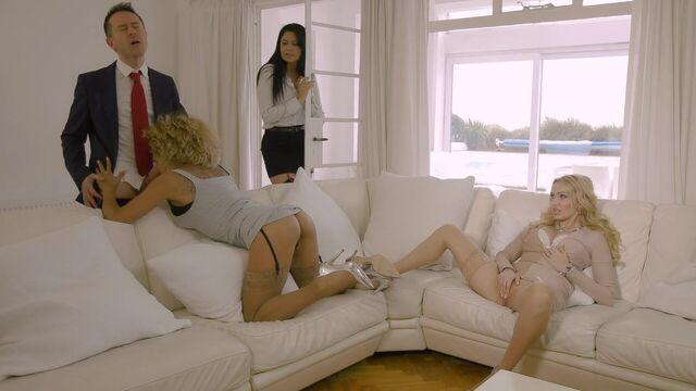 В 40 лет моя жена ходит без трусиков (порнофильм с русским переводом)