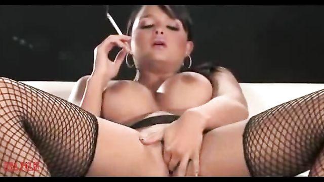 Молодая сисястая брюнетка любит курить во время мастурбации