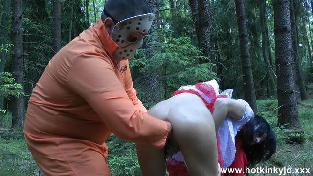 Анальный фистинг с красной шапочкой в лесу