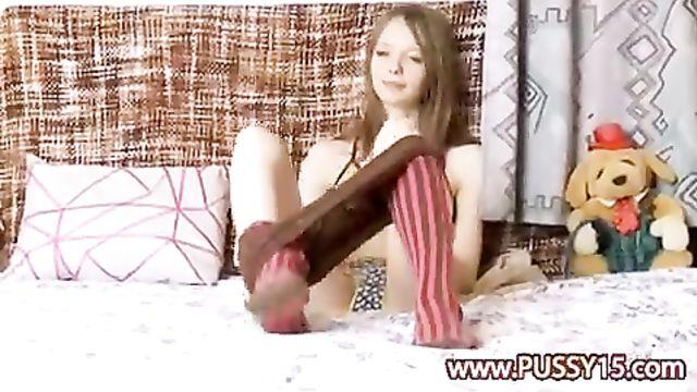 Худая 18-летняя показывает свои прелести на камеру