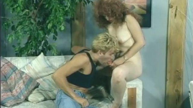 Кудрявая сучка с пенисом трахает белобрысого парня в очко