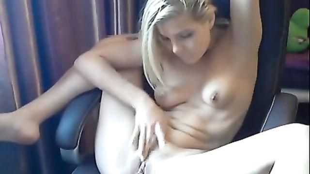 Аппетитная блонда мастурбирует на камеру