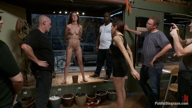 БДСМ порно: Секс издевательства над пленной мученицей