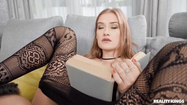 Чтение глянцевого журнала