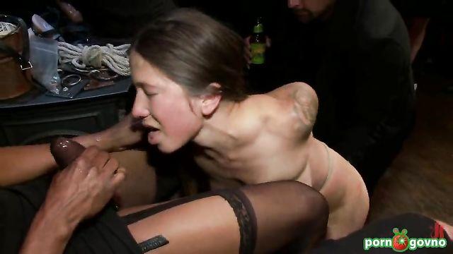 Групповое издевательство над молодой девушкой
