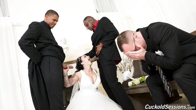 Групповой секс прямо в зале ЗАГСа после бракосочетания