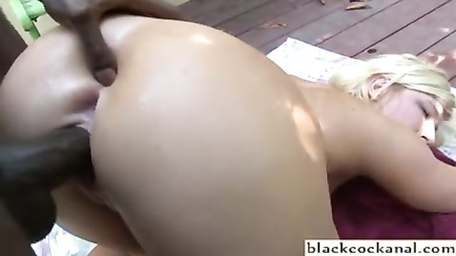 Групповое порно: Ненасытную блондинку трахают в 3 члена