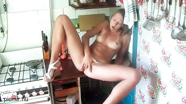 Русская молодая жена показывает прелести на кухне