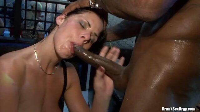 Ночной порно клуб: Закрытая пьяная секс вечеринка свингеров 2