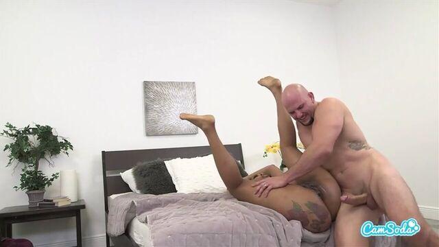 Первый анальный секс с большим толстым белым членом