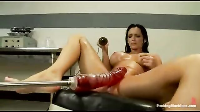 Горячий секс брюнетки с секс машиной