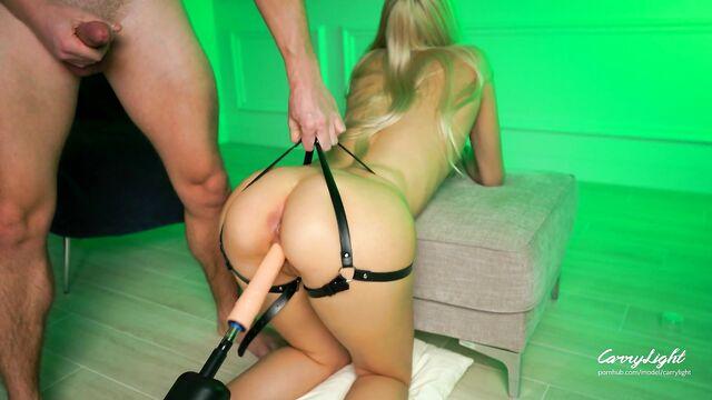Аппетитная худая блондинка CarryLight и секс машина