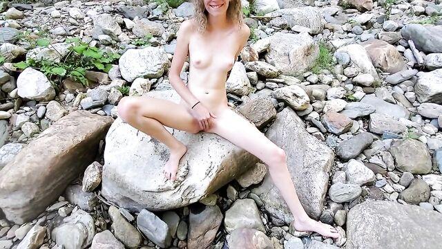 Худая блондинка мастурбирует на свежем воздухе