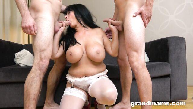 Групповое порно видео в анал со старой теткой Booby M