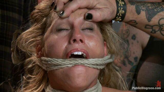 Грубое групповое BDSM порно видео с Харизмой Каппелли