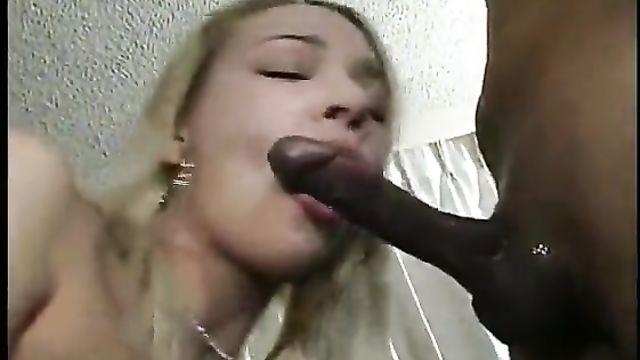 Длинный черный член вошел в анал блондинки