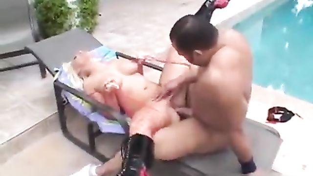 Здоровенный амбал трахает Nikki Hunter в анал