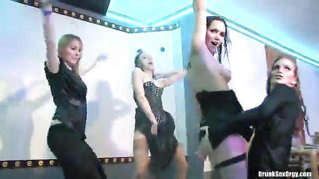 Пьяная секс оргия молодых девушек лесбиянок