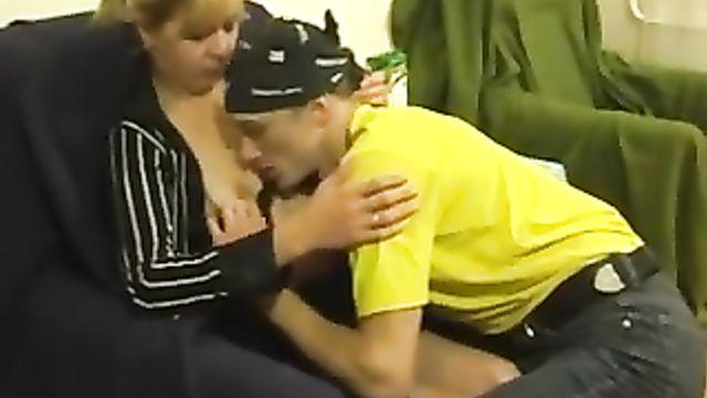 Молодой Хиппи пригрел старушку