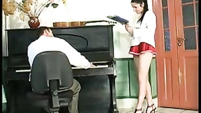 Студентка соблазнила на секс преподавателя