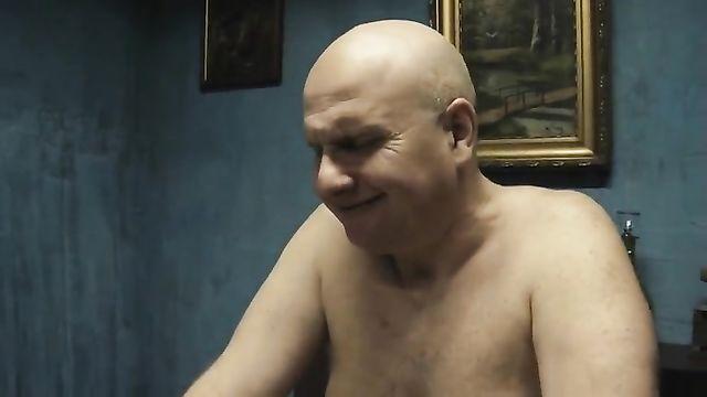 Старый лысый толстый старик трахнул двух худых красоток