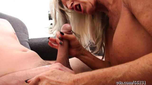 Молодой мужик трахнул седую бабушку и кончил ей в рот