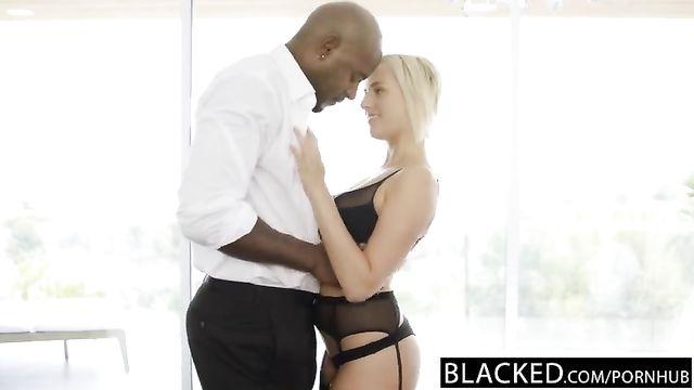 Огромный черный толстый длинный член в попке блондинки