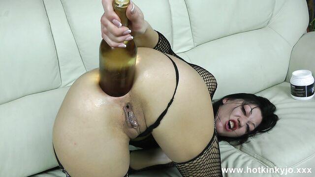 Грубое домашнее фистинг порно: Бутылка вина в анале