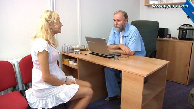 Гинеколог рассматривает анал блондинки Welly (Gyno Exam)