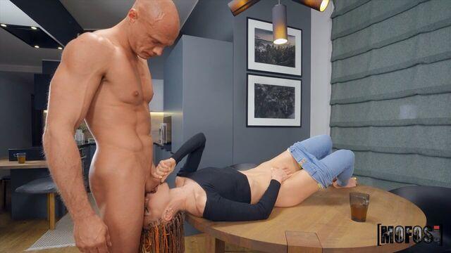 Анальный секс на кухне с худой русской длинноногой милашкой