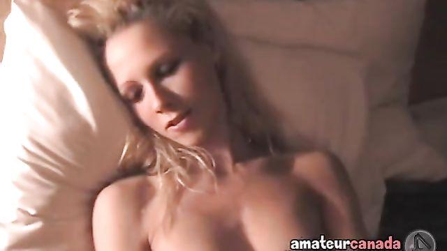 Худая красотка мастурбирует на камеру самотыком